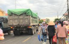 Thót tim cảnh hàng trăm người họp chợ giữa quốc lộ