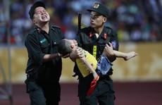 Xúc động hình ảnh cảnh sát cơ động nén đau cứu CĐV 'nhí' ngất xỉu ở sân Thiên Trường
