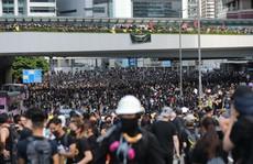 """Hồng Kông """"tê liệt"""" vì biểu tình lớn chưa từng thấy"""