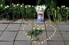 Đặt hoa và nến tưởng niệm bé lớp 1 trước cổng trường Gateway