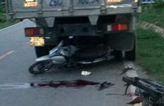 Tông vào đuôi xe tải đỗ ven đường, 2 thanh niên đi xe máy thương vong