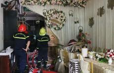 Ngay ngày thành hôn, đôi vợ chồng trẻ nhìn căn nhà 3 tầng cháy tan hoang