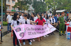 Giới trẻ Cần Thơ đội mưa cổ vũ Nguyễn Bá Vinh thi chung kết Đường lên đỉnh Olympia