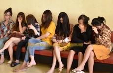 Bắt quả tang 5 nữ nhân viên đang kích dục cho khách nam giá 1-1,5 triệu đồng