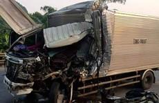 Tông đuôi xe đầu kéo, tài xế xe tải tử vong kẹt trong cabin