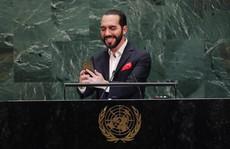 Tổng thống El Salvador xin phép chụp ảnh tự sướng trước khi phát biểu