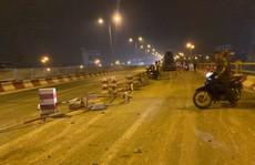 Xe bồn bất ngờ 'san phẳng' 20 m dải phân cách, tông nhiều xe máy trên cầu Thanh Trì
