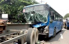 Trước khi va chạm và bị xé toạc phần đầu, xe buýt chạy 39-53 km/giờ