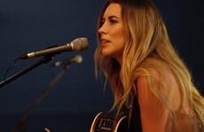 Nữ ca sĩ nhạc đồng quê tử nạn do tông xe