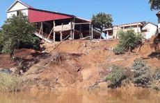 Cận cảnh sạt lở ven Sông Gianh, nhiều nhà dân nguy cơ bị 'hà bá' nuốt chửng