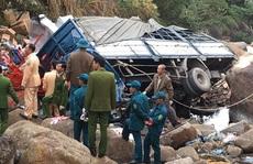 Xe tải bất ngờ rơi xuống vực sâu, 3 người tử vong
