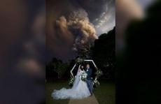 Bị núi lửa 'dí' vẫn 'cưới nhau cái đã'