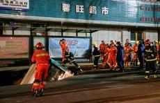 Hố tử thần nuốt chửng xe buýt, 6 người thiệt mạng