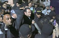 Hết thời còn tính kế miễn truy tố, cựu tổng thống Guatemala bị 'ăn' trứng