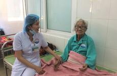 Phẫu thuật lấy khối u 1,5 kg 'mọc' hơn 10 năm trong bụng cụ bà 100 tuổi