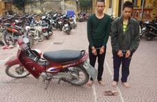 Hai anh em trai 'điều' xe ôm tới nghĩa trang đánh bất tỉnh để cướp xe máy, tiền