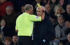HLV Mourinho nói gì khi bị trọng tài phạt thẻ?