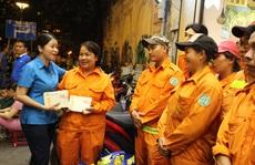 Công nhân vệ sinh làm việc xuyên đêm giao thừa