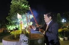 Đêm giao thừa, Chủ tịch UBND TP HCM đến viếng các bậc tiền nhân