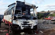 Xe buýt đâm xe lam rồi lao xuống giếng, 58 người thương vong