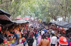 Hàng vạn du khách chen chân đổ về khai hội chùa Hương
