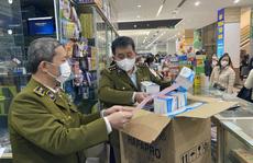 Người dân chen lấn mua khẩu trang phòng virus corona, quản lý thị trường bất đắc dĩ bán hàng