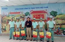 Hà Nội: Công nhân gói bánh chưng tặng người kém may mắn