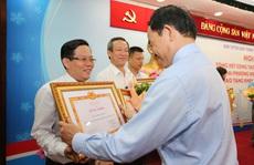 Phó Bí thư Thường trực Thành ủy TP HCM trao bằng khen cho Báo Người Lao Động