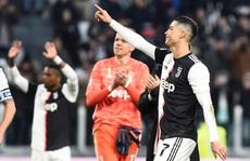 Ronaldo bắt kịp thành tích ghi bàn của Messi sau khi lập hat-trick vào lưới Cagliari