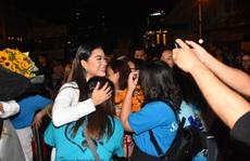 Vợ chồng Lâm Vỹ Dạ lao vào vòng tay 'fan' mừng Mai Vàng