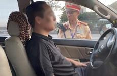 Bị thổi nồng độ cồn, tài xế cố thủ trong xe ôtô 3 giờ và liên tục uống nước