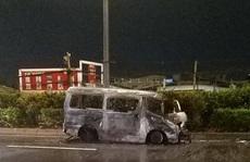 Ôtô 16 chỗ cuốn xe máy dân phòng vào gầm, tông xe container rồi cháy trơ khung