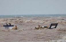 Tàu cá bị sóng đánh chìm khi ra cứu 8 thuyền viên trên tàu mắc cạn trên biển