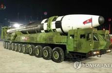 Triều Tiên trình làng 'hàng khủng' mới trong lễ duyệt binh tờ mờ sáng