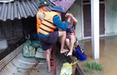 Công an cứu dân trong lũ dữ ở miền Trung