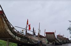 CLIP: Ngư dân Nghệ An hối hả kéo thuyền bè lên bờ tránh bão số 7