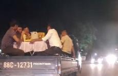 Xử phạt tài xế chở người cùng ghế, bàn phủ vải trắng trên thùng xe tải đi ăn cưới