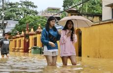 Ghe đò nườm nượp bên trong TP Huế, nước chảy rất xiết