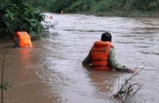 Lật thuyền chở 3 người trên sông, 1 người bị nước lũ cuốn mất tích
