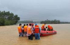 Công an dùng thuyền vượt hơn 1km trong lũ dữ, chở sản phụ đi đẻ khẩn cấp