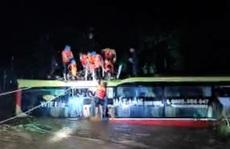 Giải cứu chiếc xe ô tô chở 18 hành khách bị lũ cuốn trôi hơn 100m trong đêm
