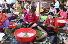 Người dân Đắk Lắk gói hàng ngàn bánh tét gửi tặng miền Trung lũ lụt