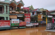 Quảng Bình: Thuyền đánh cá lên phố cứu dân trong cơn 'đại hồng thủy'