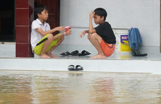 Quảng Trị chìm trong lũ lịch sử, hai đứa trẻ chia nhau gói mì