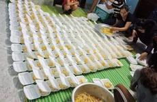 Góp tiền nấu cơm cứu trợ người dân trong cơn 'đại hồng thủy'