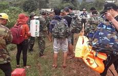 Trực thăng thả hàng cứu trợ, bác sĩ cắt rừng vào xã bị cô lập vì sạt lở kinh hoàng ở Quảng Trị