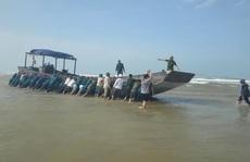 Có gì trên chiếc tàu gỗ không người dạt vào bờ biển Quảng Trị?