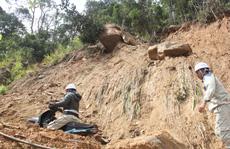 Người dân nín thở đi dưới khối đá 30 tấn 'lộ' ra sau mưa lũ