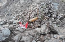 Hàng loạt bom đạn 'khủng' lộ thiên sau mưa lũ ở Quảng Trị
