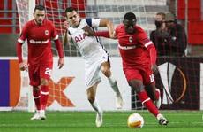 Hậu vệ trượt chân, Tottenham vuột ngôi đầu bảng Europa League